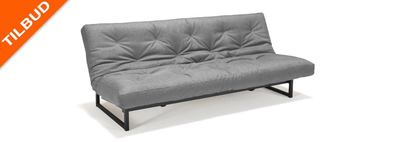 Fraction 120 er en sovesofa med elevation i hovedg&aelig;rdet og plads til senget&oslash;j under s&aelig;det<br>