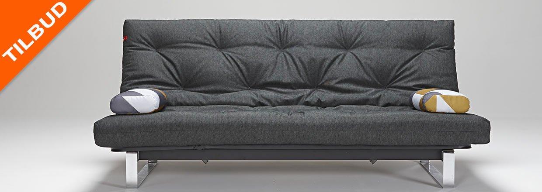 Minimum sovesofa med krom understel, magasin og elevation i hovedgærde