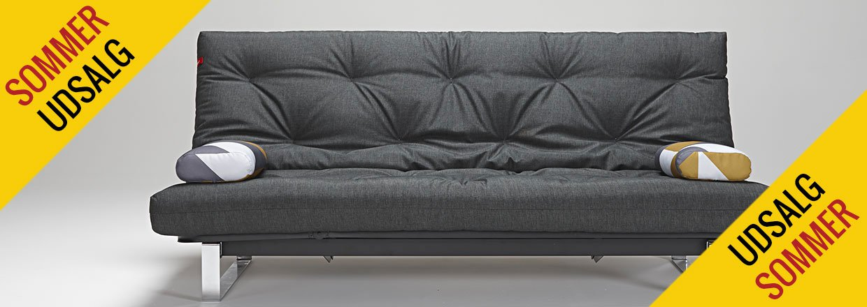 Minimum sovesofa med krom understel, magasin og elevation i hovedg&aelig;rde<br>